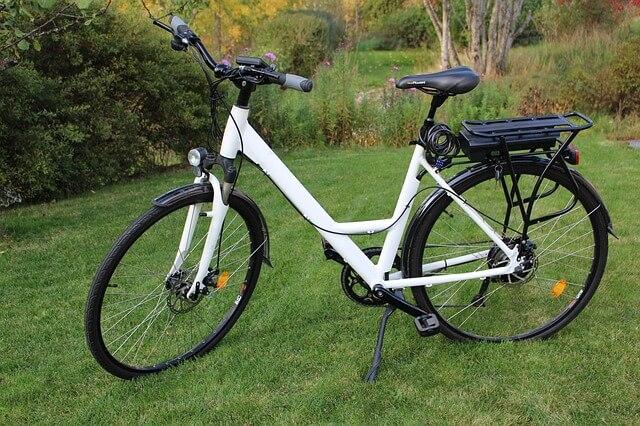 Rower elektryczny z bagażnikiem